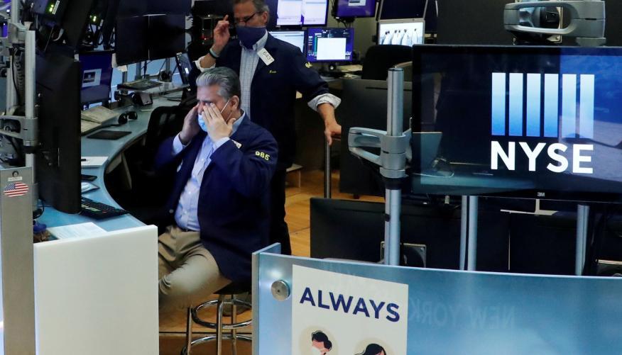 Un trader de Wall Street con mascarilla se muestra preocupado ante la evolución de la Bolsa de Nueva York