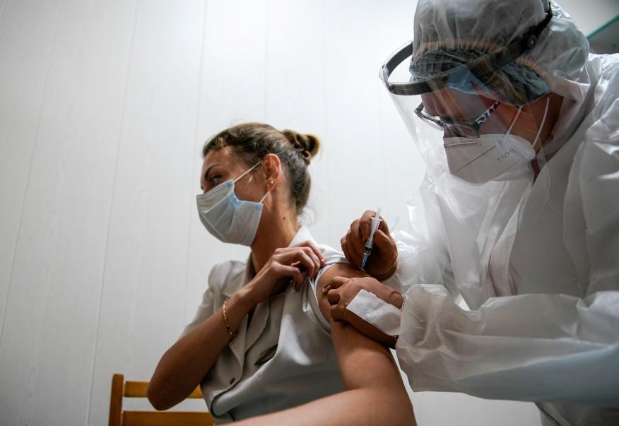 Una voluntaria se inyecta una vacuna del coronavirus en uno de los ensayos clínicos