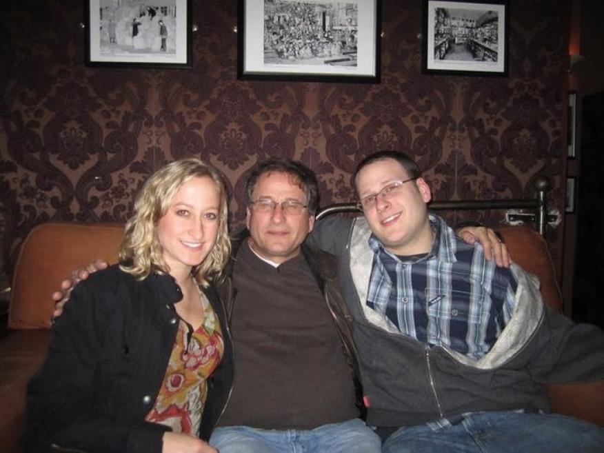 La autora, a la izquierda, con su padre y su hermano.