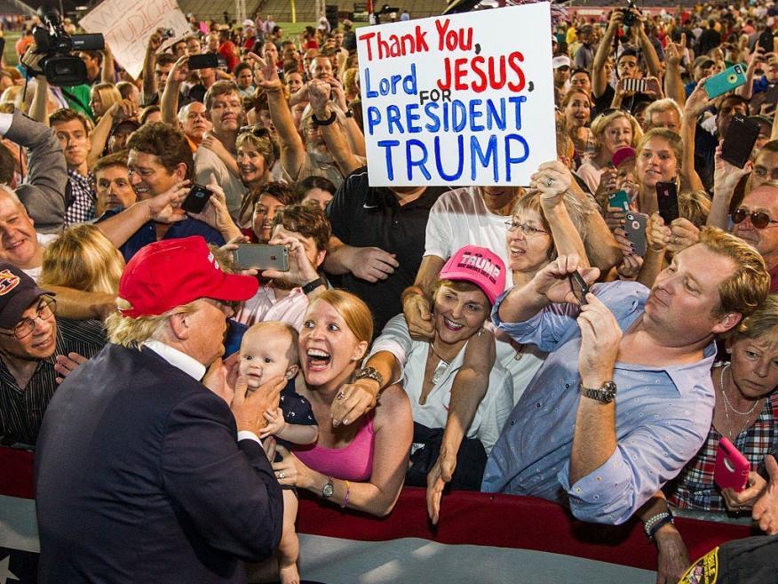 La campaña de Trump sigue pidiendo donaciones a pesar de que las cabinas de votación han cerrado.