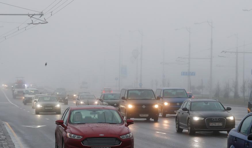 Coches conduciendo con niebla
