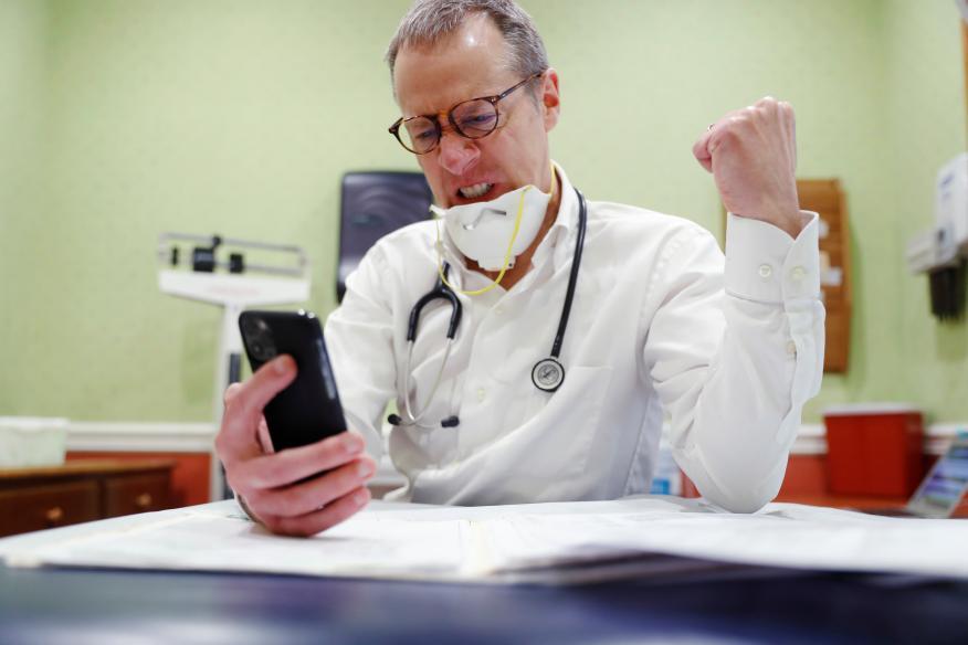 El doctor Greg Gulbransen atiende una videollamada de un paciente en Nueva York (EEUU)
