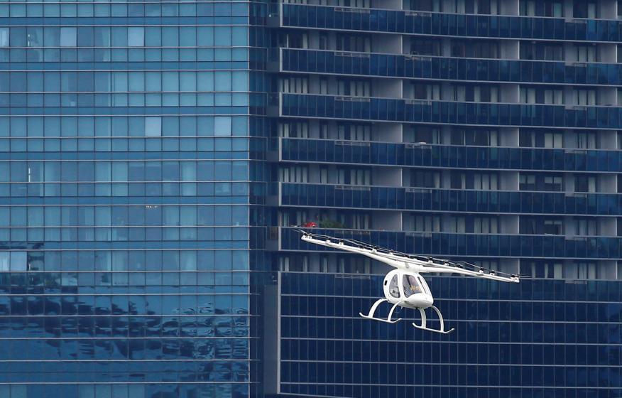 Un ensayo aéreo de un modelo de taxi volador de la aelamana Volocopter, durante una demostración en Singapur