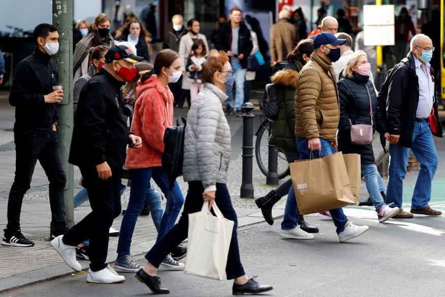 Gente con mascarilla en la calle