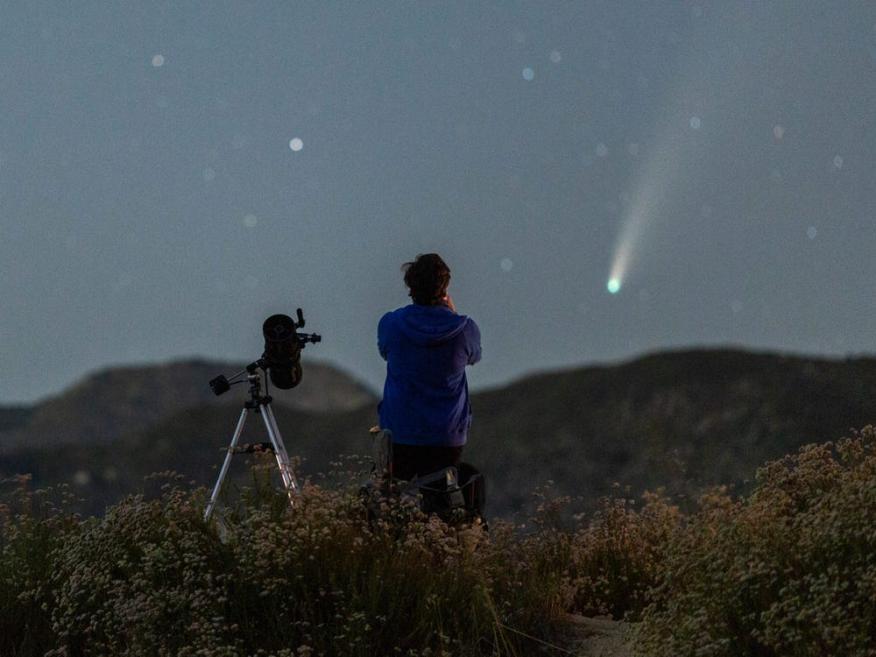 Hombre con un telescopio mirando estrellas
