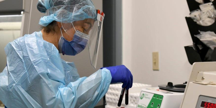 El técnico de laboratorio Sendy Puerto procesa muestras de sangre de los participantes del estudio de ensayos clínicos de la vacuna contra el coronavirus de Moderna el 2 de septiembre de 2020 en Miami, Florida.