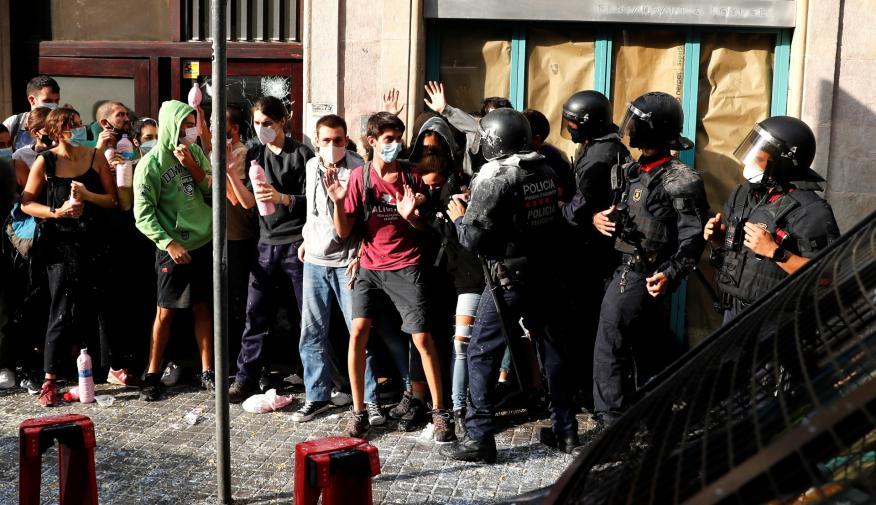Los Mossos d'Esquadra desalojan a manifestantes que intentan impedir un desahucio en Barcelona durante la pandemia