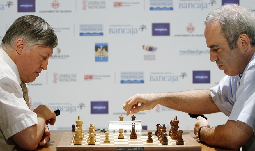 Partida de ajedrez entre Anatoli Kárpov (izquierda) y Garry Kaspárov (derecha) en Valencia en el año 2009.