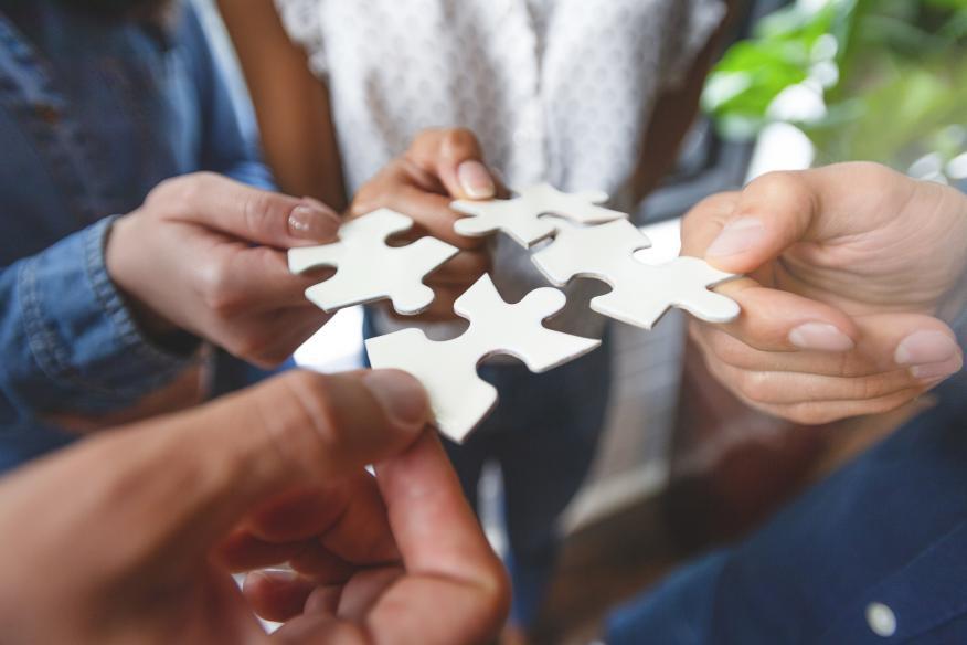 Acuerdo entre empresas, encajar piezas de puzzle.