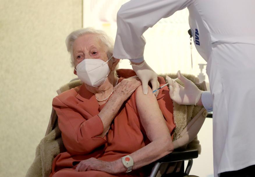 Anciana vacunándose contra el coronavirus