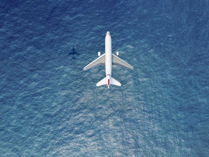 Un avión vuela sobre el océano