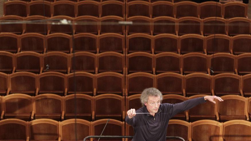 Franz Welser-Moest dirige la Orquesta Filarmónica de Viena durante un ensayo del Concierto de Año Nuevo el 27 de diciembre de 2012.