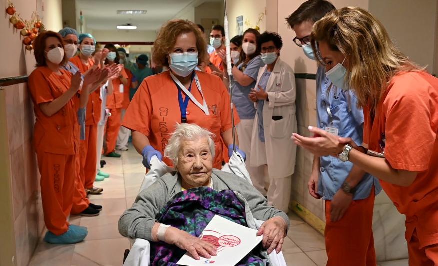 Elena, a sus 104 años, recibe el cariño de los sanitarios del Hospital Gregorio Marañón al recibir el alta tras haber superado el COVID-19.