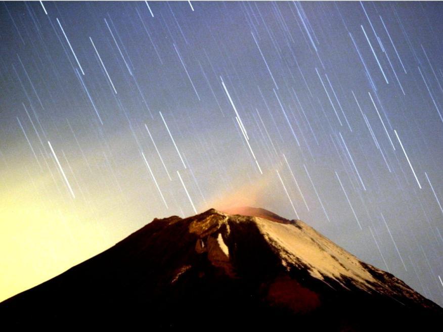 La lluvia de estrellas de las Gemínidas ilumina el cielo sobre el volcán mexicano Popocatépetl en el estado de Puebla, el 14 de diciembre de 2004.