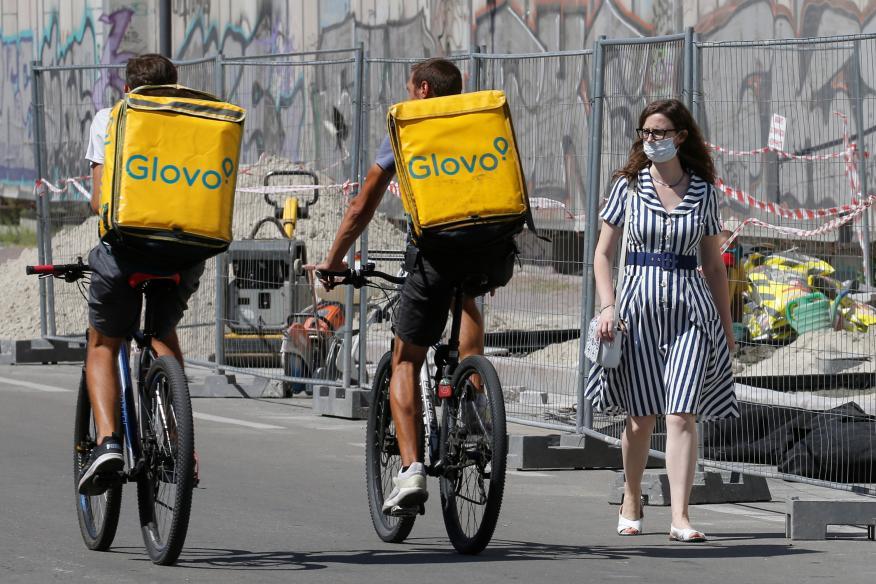 Dos repartidores de Gloo, en bicicleta por Kiev, Ucrania.