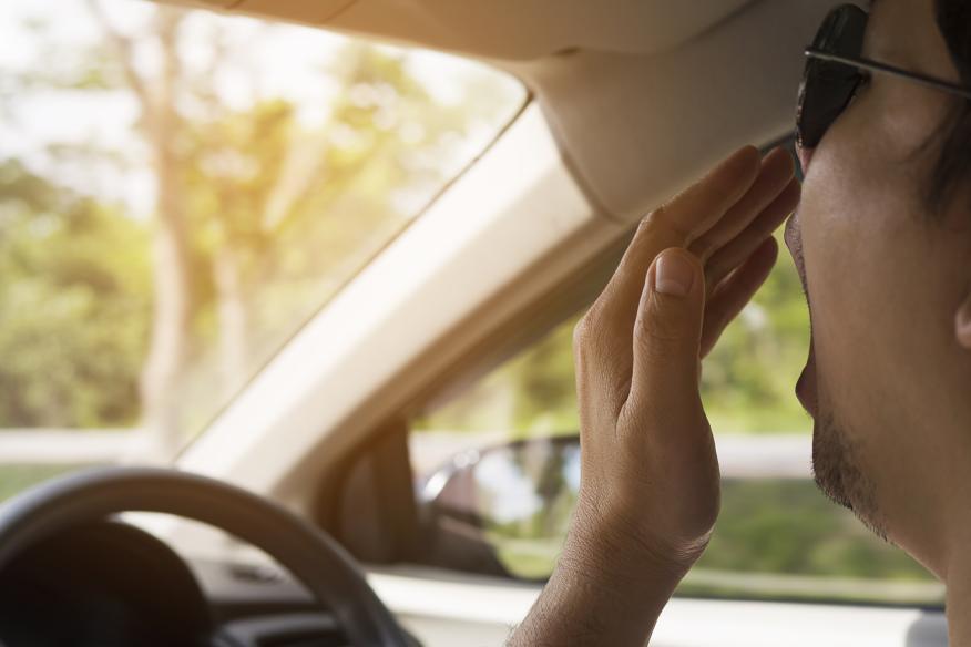 Hombre bostezando al conducir