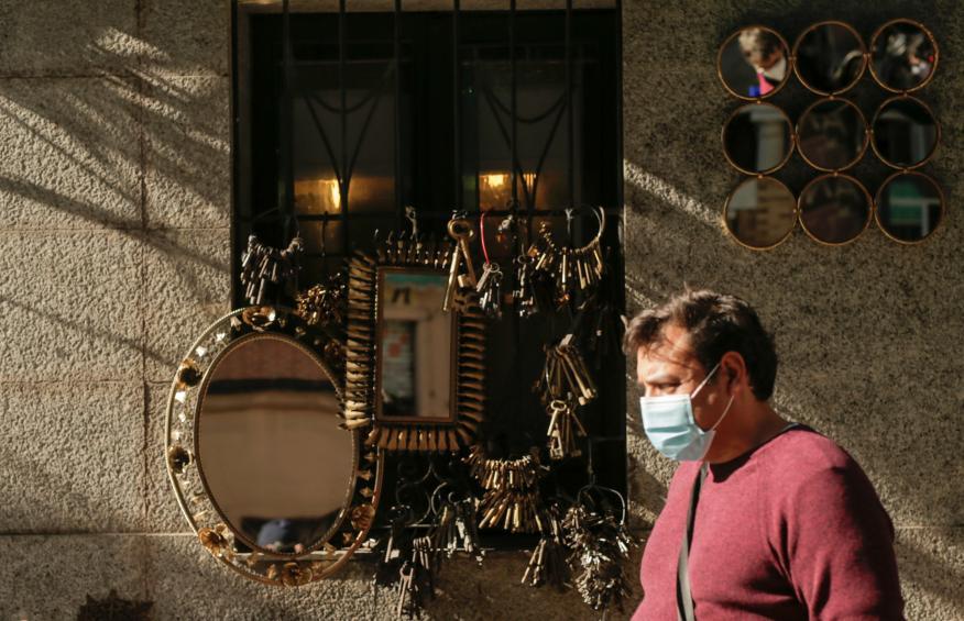 Un hombre con mascarilla por a pandemia del covid.