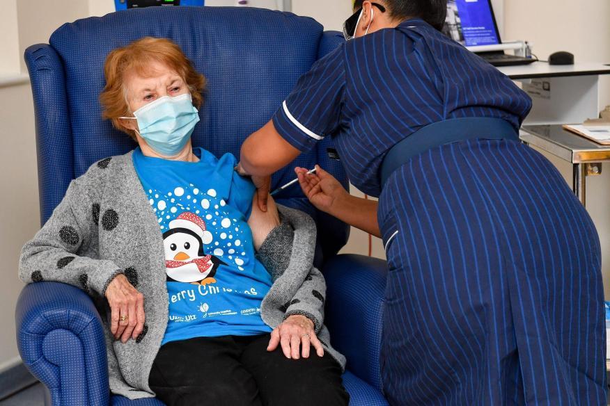 Margaret Keenan fue la primera persona en vacunarse fuera de los ensayos