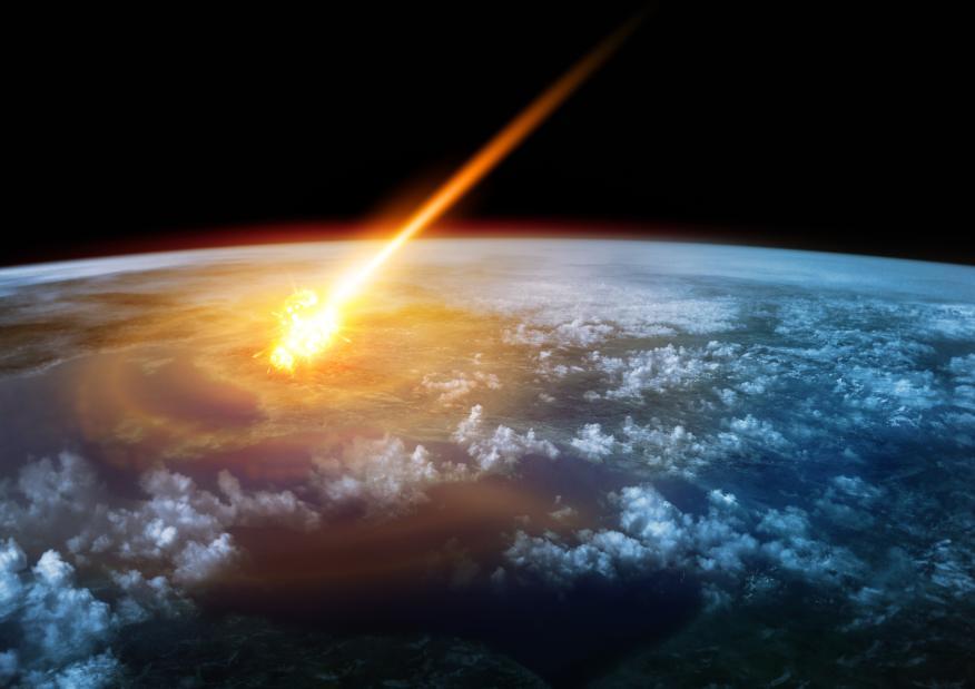 Meteorito cayendo sobre la Tierra.