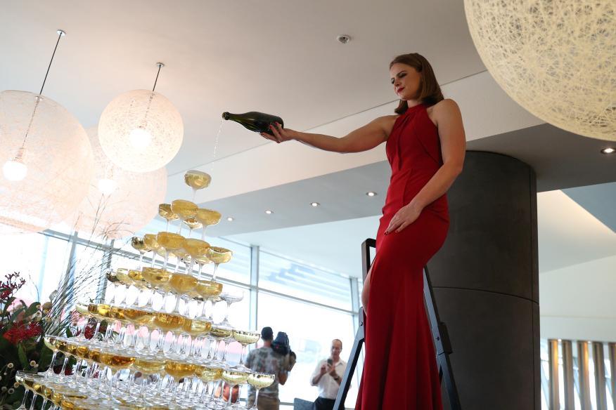 mujer celebrando con champagne
