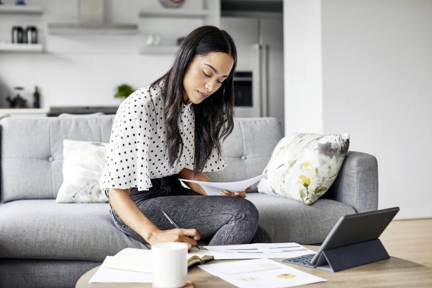 Una mujer planifica sus ahorros.