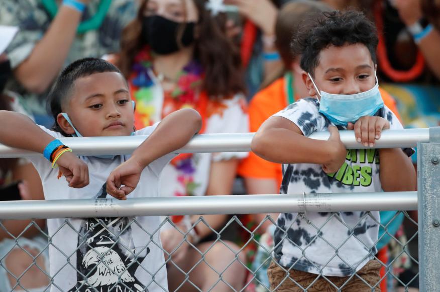Niños en un partido de fútbol americano