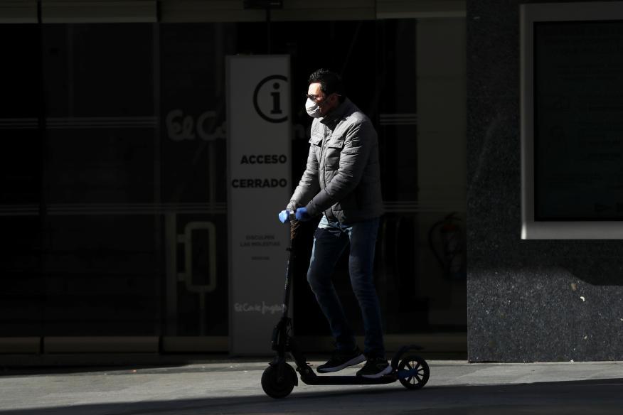 Un hombre conduce un patinete eléctrico en Madrid en plena pandemia del coronavirus.