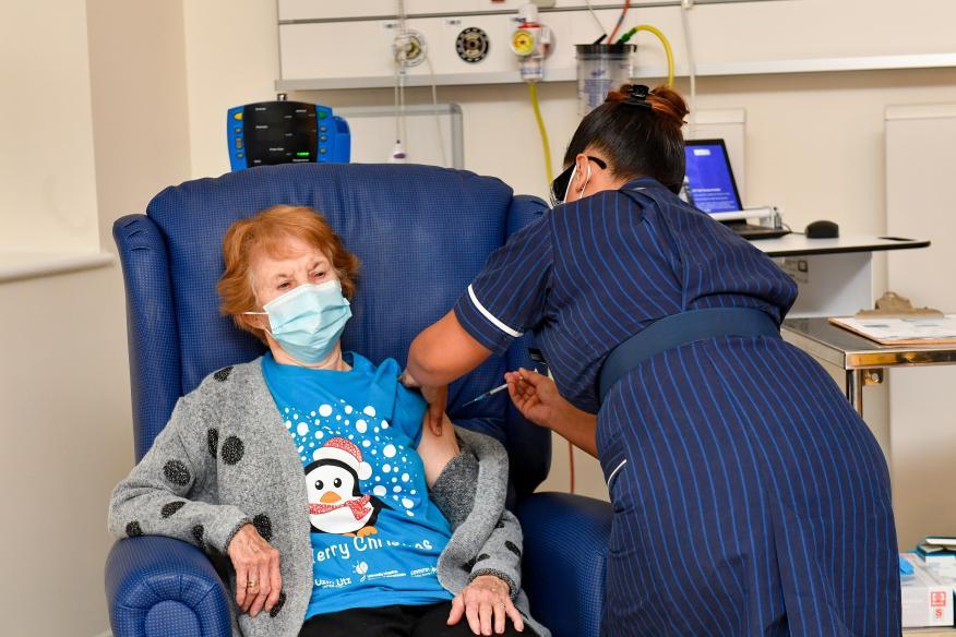 Margaret Keenan, una ciudadana británica de 90 años, ha sido la primera en recibir la vacuna del coronavirus de Pfizer y BioNTech en la campaña de vacunación masiva de Reino Unido.