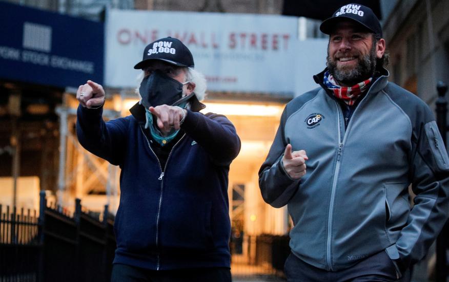 Traders en una jornada en Wall Street durante la pandemia.