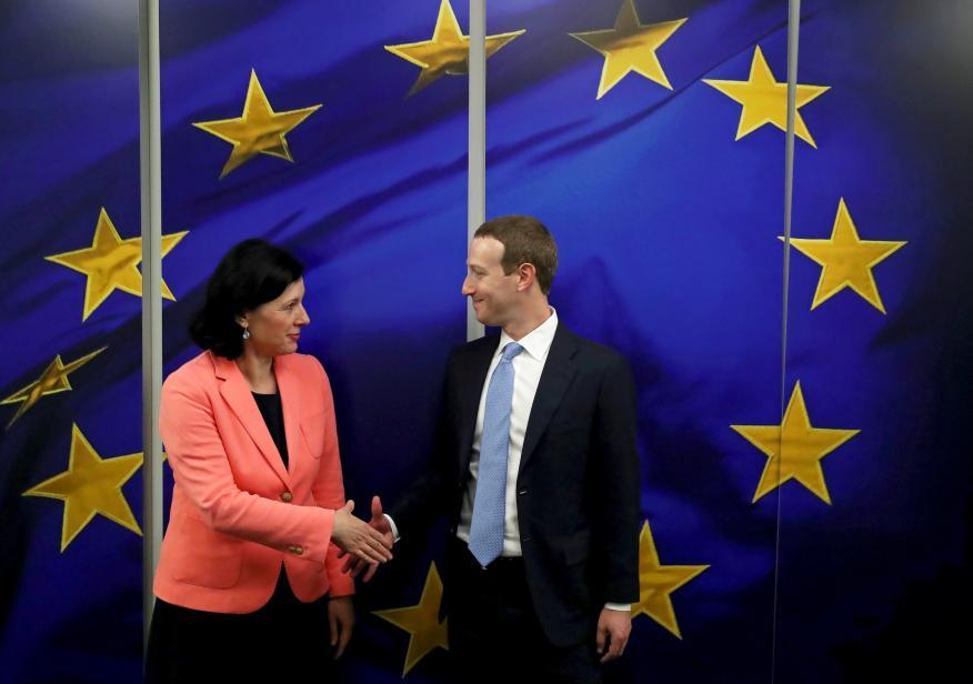 La vicepresidenta de la CE, Vera Jourova, junto al CEO de Facebook, Mark Zuckerberg.
