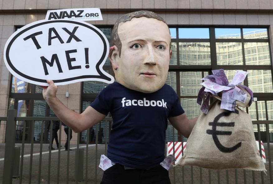 Un activista disfrazado de Mark Zuckerberg en una protesta a favor de un impuesto global a las tecnológicas