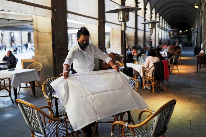 Camarero trabajando en la terraza de un restaurante