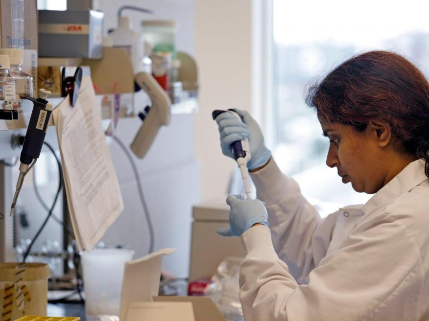 Técnico de laboratorio en el Centro de Investigación del Cáncer Fred Hutchinson en Seattle.