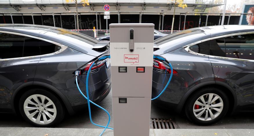 Dos coches eléctricos de Tesla en una estación de carga.
