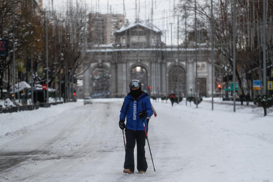 Un esquiador frente a la Puerta de Alcalá tras la histórica nevada en Madrid en el temporal Filomena