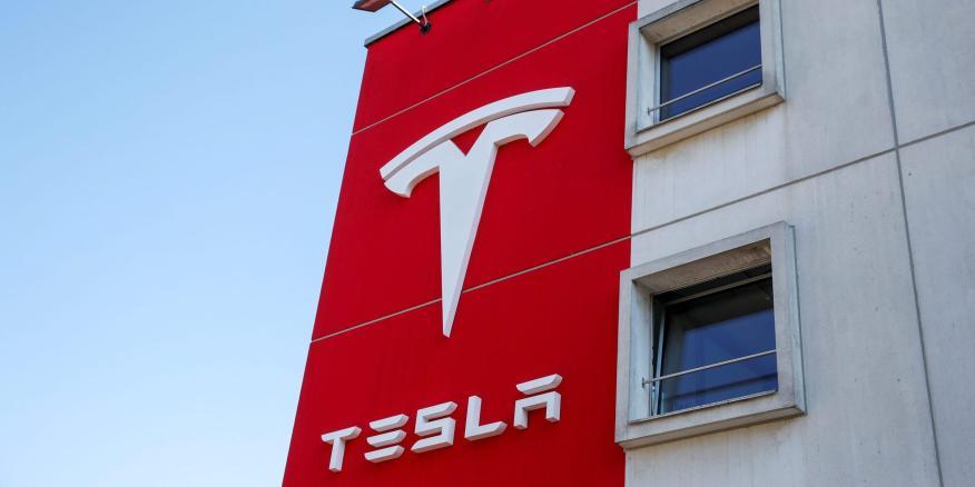 El logotipo de Tesla en su oficina en Berna (Suiza)