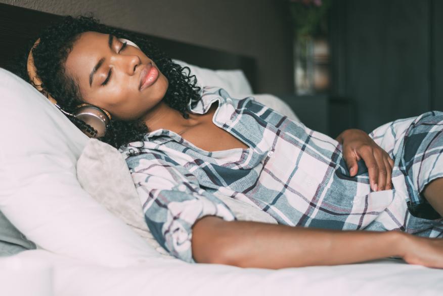 mujer durmiendo mientras escucha música