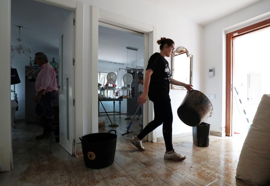 personas limpiando su casa tras inundación
