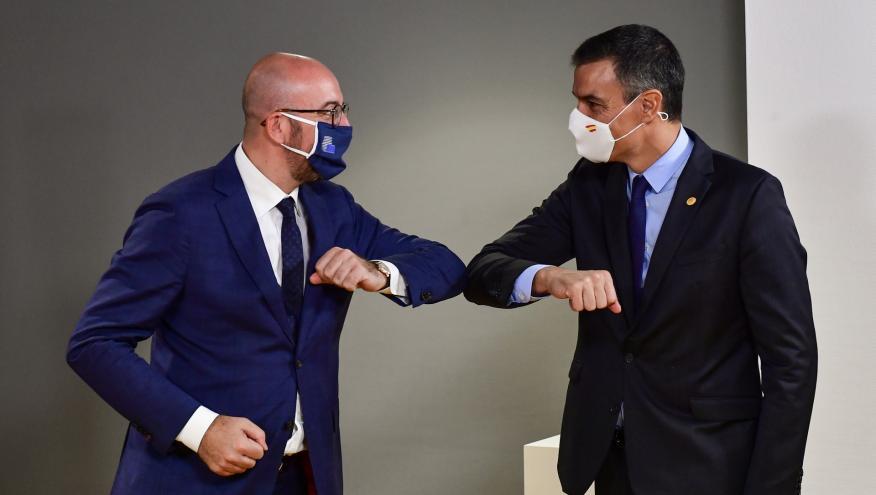 El presidente del Consejo Europeo, Charles Michel, saluda al presidente español, Pedro Sánchez.