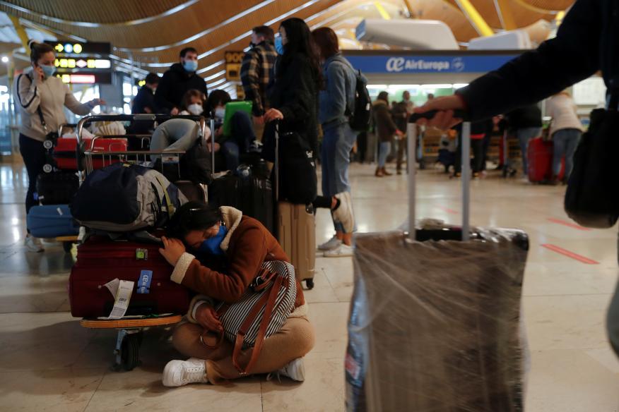 Viajeros esperan noticias de sus vuelos en el Aeropuerto de Madrid-Barajas durante la nevada de este enero.