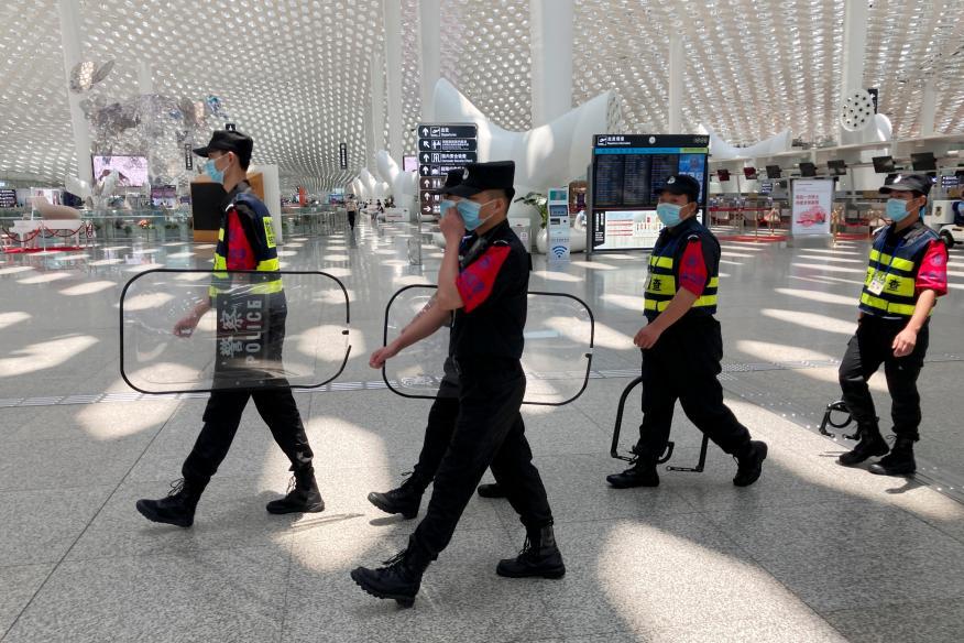 Seguridad en el aeropuerto internacional de Shenzhen Baoan en Shenzhen, China.