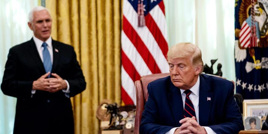 El vicepresidente Mike Pence, en segundo plano, durante un acto en el Despacho Oval junto a Donald Trump.