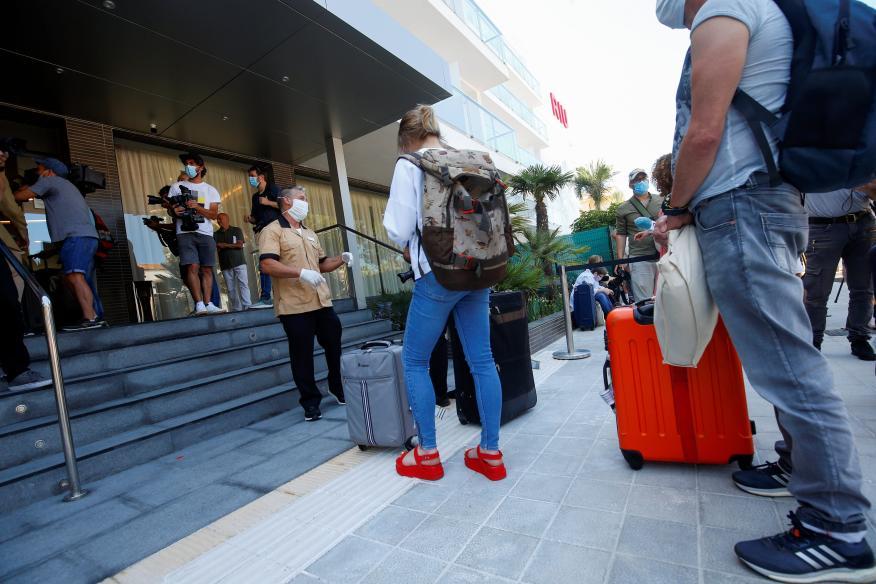 Turistas esperando para entrar en un hotel en Palma de Mallorca.