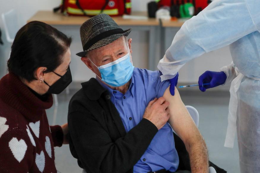 Un anciano recibe la primera dosis de la vacuna de Pfizer y BioNTech en Ronda, España.