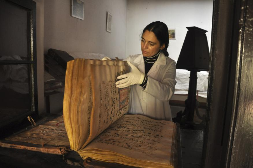 Un antiguo documento en un convento de 4 siglos en Perú.