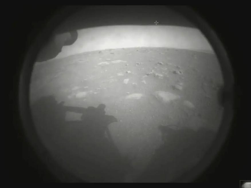 La primera imagen que tomó el rover Perseverance de la NASA en Marte, solo segundos después del aterrizaje, el 18 de febrero de 2021.