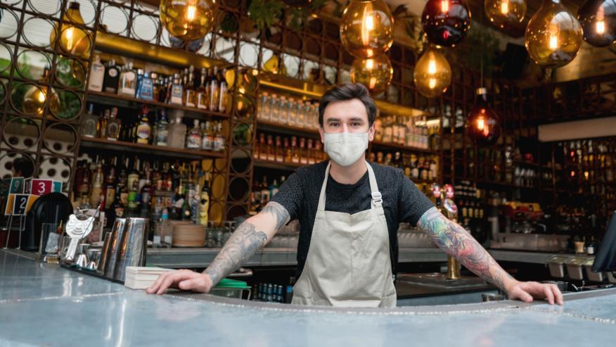 Camarero en la barra del bar.