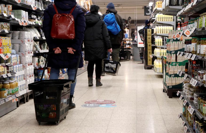 Cola en un supermercado