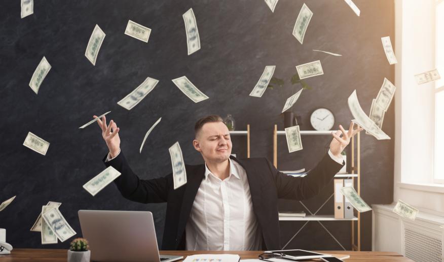 Empresario y una lluvia de billetes.