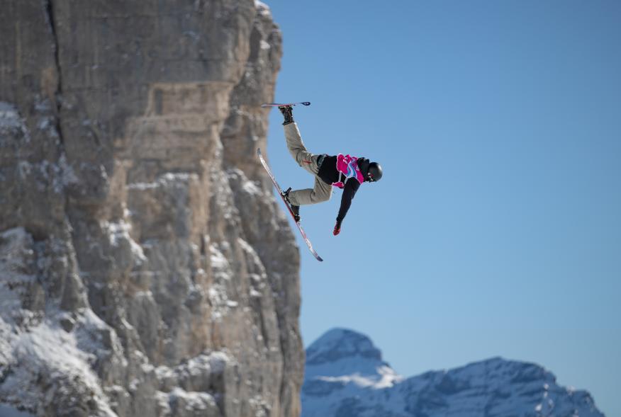 Un esquiador salta en Lausanne (Suiza).